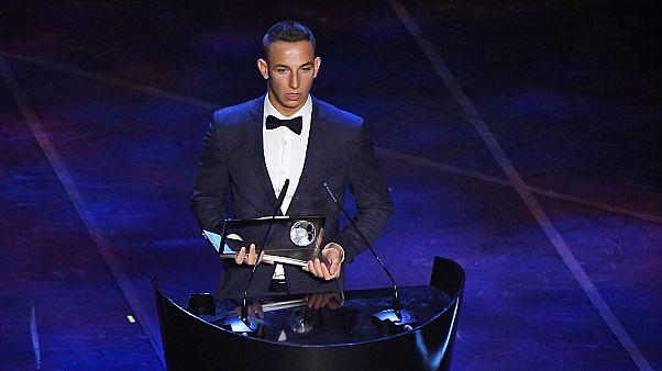 Zsóri Dániel a milánói Scalában megrendezett FIFA-gálán átveszi a Puskás Ferenc-díjat