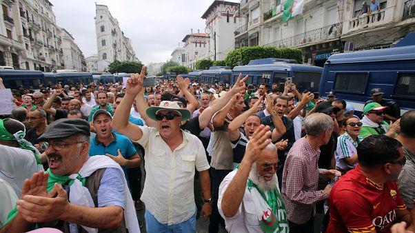 متظاهرونيطالبون برحيل رموز النظام في العاصمة الجزائر