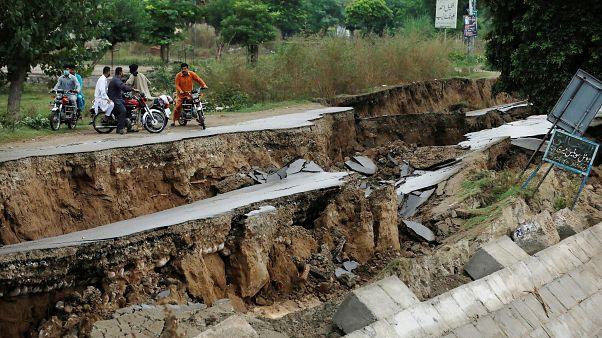 Pakistan'da deprem : Yollar yarıldı, direkler yıkıldı, 37 ölü