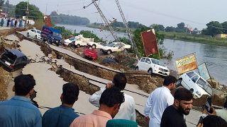شاهد: زلزال باكستان يتسبب بانهيار الطرقات ووقوع العديد من الحوادث