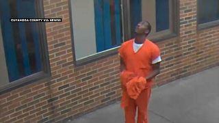 سجين أمريكي يحاول التقاط طرد أسقطته طائرة مسيرة فوق أحد سجون أوهايو