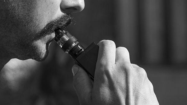 صورة رجل يدخن السجائر الإلكترونية