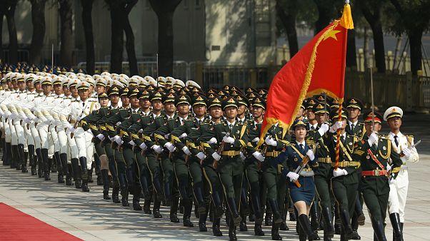 جنود صينيون في استقبال المستشارة الألمانية أنغيلا ميركل خلال زيارة قامت بها إلى الصين