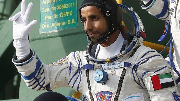 رائد الفضاء الإماراتي هزاع علي المنصوري قبل الانطلاق على متن سويوز