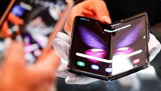 غالاكسي فولد، أول هاتف بشاشة قابلة للطي