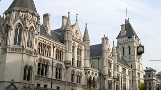 دادگاه بریتانیا: مرد تراجنسیتی که نوزادی را به دنیا آورده مادر او است