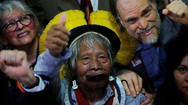 """Raoni diz que Bolsonaro """"deve sair para o bem de todos"""""""