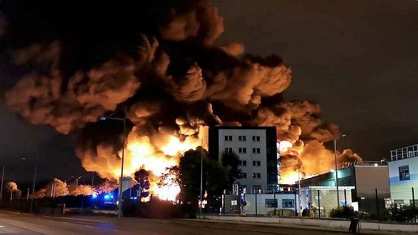 Γαλλία: Μεγάλη φωτιά σε εργοστάσιο χημικών
