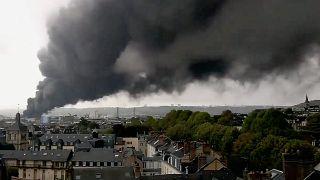 دود آتشسوزی در آسمان روآن فرانسه؛ شهروندان از ترس خفگی در خانه ماندند