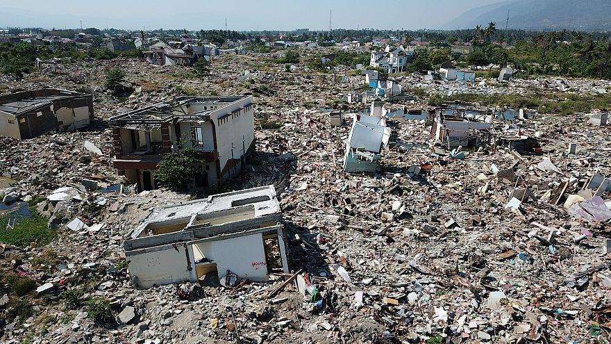 Egy év után még mindig romok vannak Celebeszen