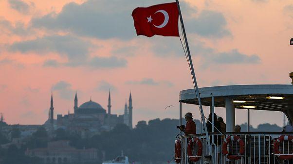 İstanbul'da gün batımı, Ayasofya ve Sultanahmet Camisi'yle güzel görüntü oluşturdu.