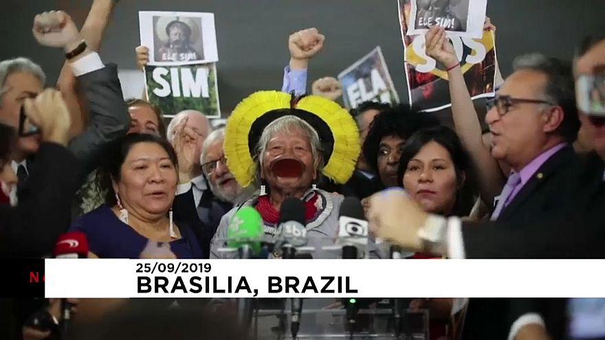 شاهد: معارضو الرئيس البرازيلي يستقبلون زعيم السكان الأصليين للأمازون