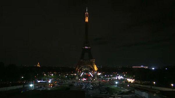 Sötétbe borult az Eiffel-torony, az elhunyt Jacques Chiracra emlékeznek