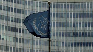 راية الوكالة الدولية للطاقة الذرية أمام مقرّها في فيينا