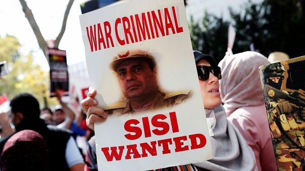 متظاهرون ضد الرئيس المصري عبد الفتاح السيسي خارج مقر الأمم المتحدة في مدينة نيويورك 24 سبتمبر 2019.