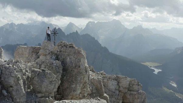 المتسلق السويسري داني أرنولد يتسلق جبال الألب في إيطاليا