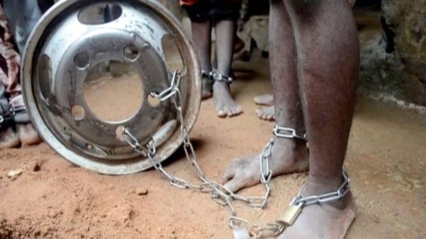 صورةلأحد الطفال ممن وجدوا في المدرسة وقد قيدت ساقه بالسلاسل 26 سبتمبر 2019 ، نيجيريا.
