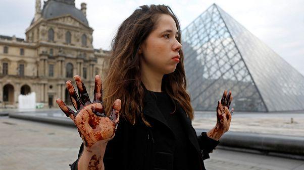 Au musée du Louvre, des activistes écologistes dénoncent les actions de Total