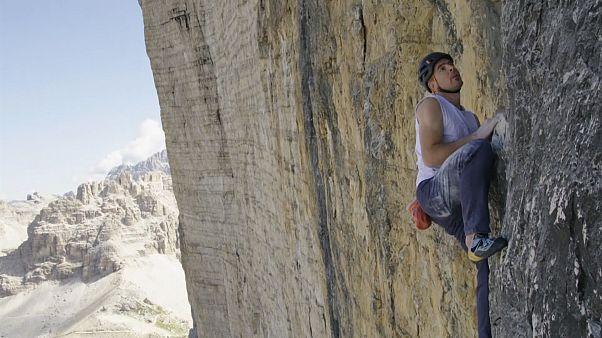 İsviçreli serbest tırmanıcı güvenlik önlemi olmadan 550 metrelik kayalığa rekor zamanda tırmandı