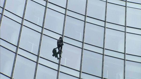 """شاهد: """"سبايدرمان الفرنسي"""" يتسلق ناطحة سحاب في فرانكفورت"""