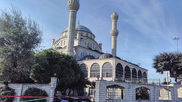 Avcılar'daki Hacı Ahmet Tükenmez Camisi'nin 5.8 büyüklüğündeki deprem sonrası minaresi yıkıldı