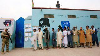 بعض المواطنين الأفغان خارج أحد مركز الاقتراع بالانتخابات الرئاسية في جلال آباد، أفغانستان 28 سبتمبر 2019