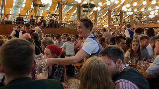 فانيسا تقدم كؤوس البيرة للزبائن في أكتوبرفست بميونخ