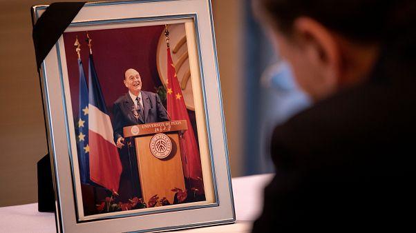 نائب رئيس جمهورية الصين الشعبية وانغ تشيشان يوقع كتاب التعزية للرئيس الفرنسي السابق جاك شيراك في السفارة الفرنسية في بكين، الصين سبتمبر 2019