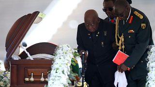 الرئيس السابق لزامبيا، كينيث كاوندا، في وداعه لحاكم زيمبابوي روبرت موغابي خلال جنازته الرسمية في الاستاد الرياضي الوطني في زيمبابوي، 14 سبتمبر 2019