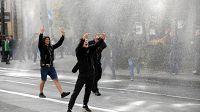 Polónia: Manifestantes anti-LGBT invadem desfile de orgulho gay