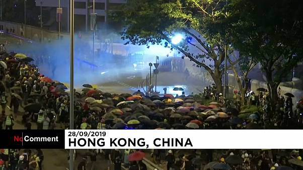 Hong Kong'da olaylı hafta sonu: Tazyikli suya taşla karşılık
