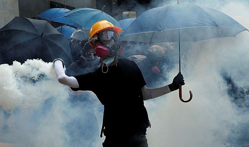 Un manifestant pro-démocratie blessé par balle réelle à Hong Kong