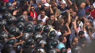 من الاحتجاجات أمام السراي الحكومي (مقر رئاسة الوزراء) في بيروت اليوم