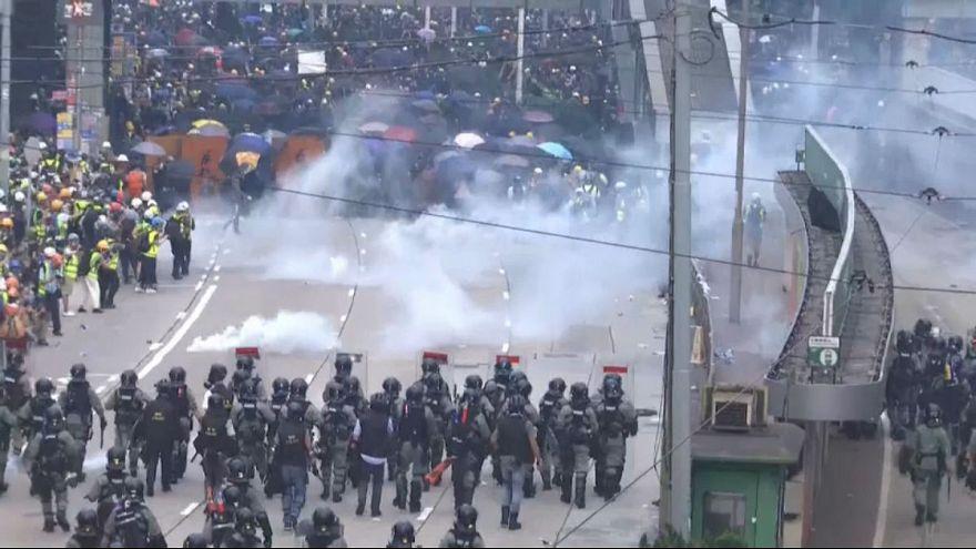 ویدئو؛ استفادۀ پلیس هنگ کنگ از گاز اشکآور در مقابل طرفداران دموکراسی