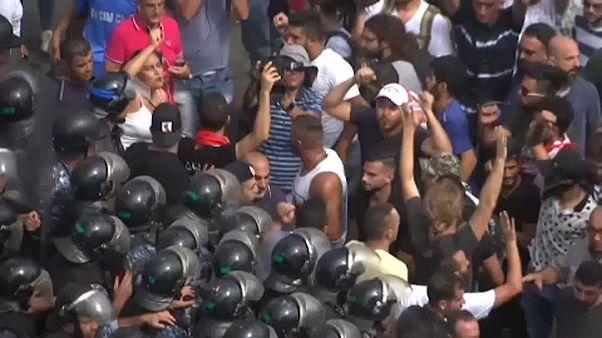 Húszéves mélyponton a libanoni font, tüntetések országszerte