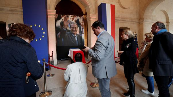 Ezrek jártak Chirac párizsi ravatalánál