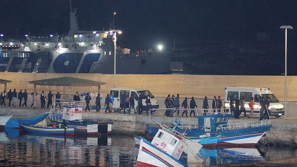 مهاجرون في ميناء لامبيدوسا إيطاليا