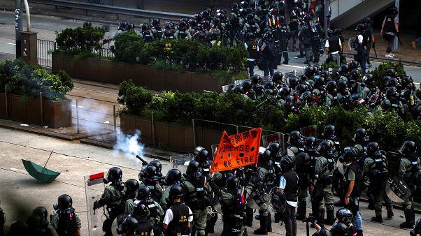 Χογνκ Κονγκ: Οι αστυνομικοί χρησιμοποιούν σπρέι πιπεριού για να διαλύσουν διαδηλωτές