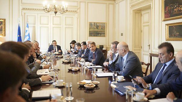 O πρωθυπουργός Κυριάκος Μητσοτάκης συνομιλεί με τους υπουργούς υπουργικό Συμβούλιο
