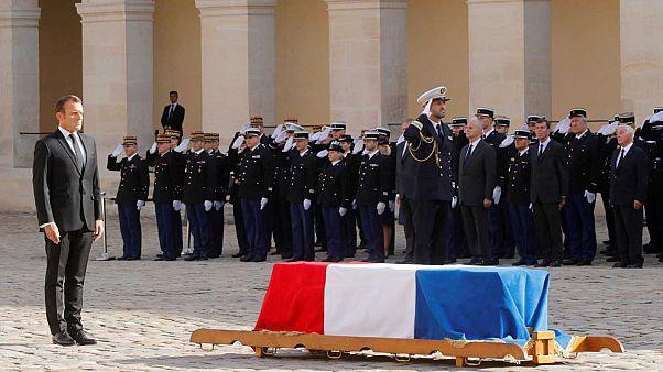 Emmanuel Macron se recueillant devant la sépulture de Jacques Chirac dans la cour des Invalides à Paris le 30 septembre 2019