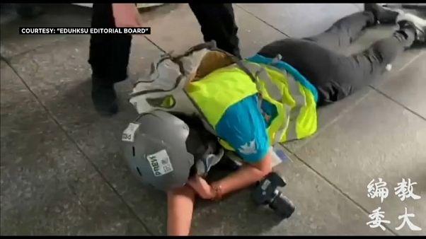 شاهد: لحظة إصابة مصور إندونيسي برصاص مطاطي خلال احتجاجات هونغ كونغ