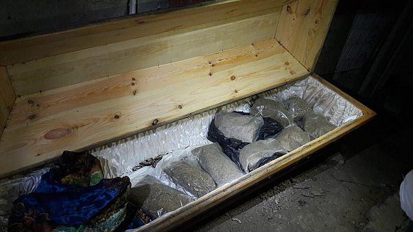 Sakarya'nın Adapazarı ilçesinde tabuta gizlenmiş 10 kilo 200 gram sentetik uyuşturucu ele geçirildi. ( Jandarma Komutanlığı - Anadolu Ajansı )