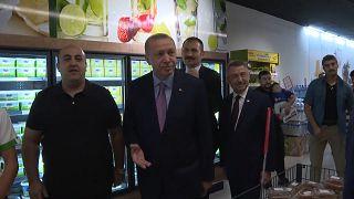 Cumhurbaşkanı Erdoğan'ın alışveriş görüntüleri sosyal medyada tartışma konusu