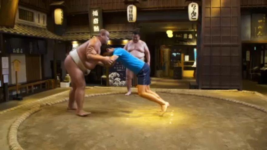 Novak Djokovic prueba con el sumo
