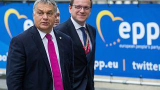 Várhelyi Olivér Orbán Viktort kíséri