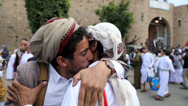 Un detenido abraza a un pariente después de ser liberado por los Houthis fuera de la prisión central de Sanaa, Yemen, el 30 de septiembre de 2019.