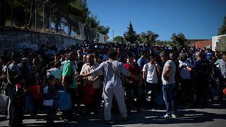 لاجئون في مخيم موريا للاجئين بجزيرة ليسبوس اليونانية