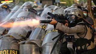 Endonezya'da zina yasası protestolarına polisten gaz bombalı müdahale
