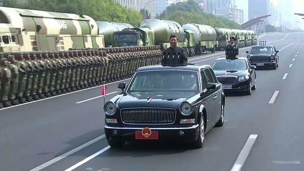 """شاهد: الرئيس الصيني """"يتفقد"""" الاستعراض العسكري بمناسبة العيد الوطني"""