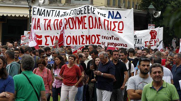 Διαδηλωτές φωνάζουν συνθήματακατά τη διάρκεια απεργιακής πορείας (αρχείου)
